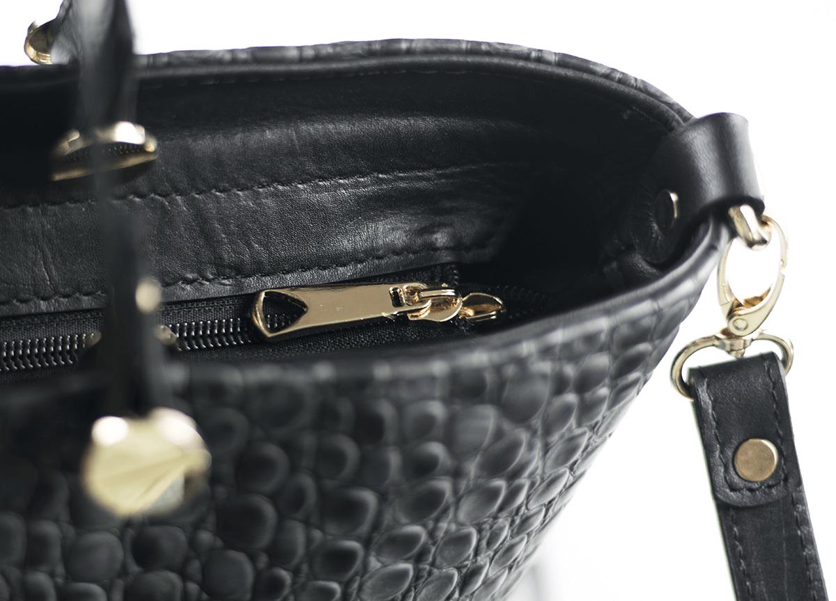 88fcbe10ec5 Дамска чанта в черно със змийски ефект - Дамски обувки от естествена ...